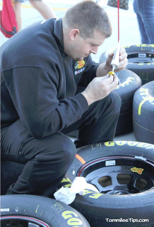 Kobalt-Tools-400-Las-Vegas-Neon-Garage-Tire-Crew.png