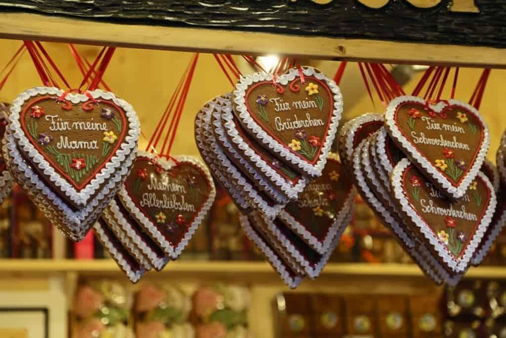 gingerbread-hearts-in-salzburg-christmas-market