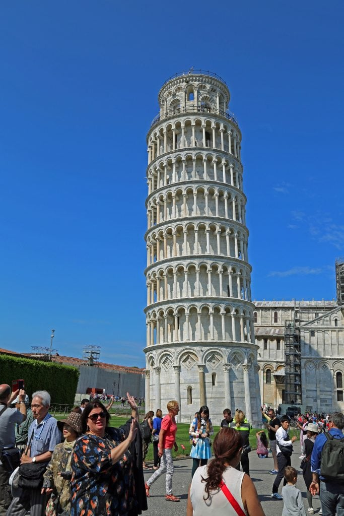 tammilee-holding-the-leaning-tower-of-pisa