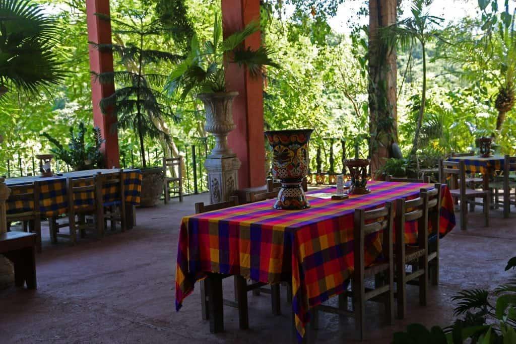 beautiful-outdoor-seating-at-puerto-vallarta-botanical-garden